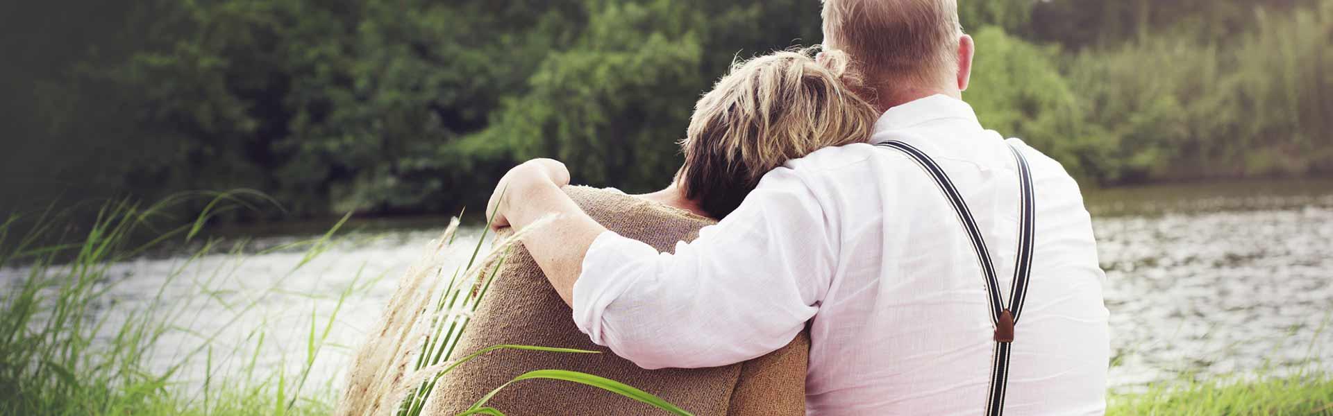 Personas abrazadas en la naturaleza
